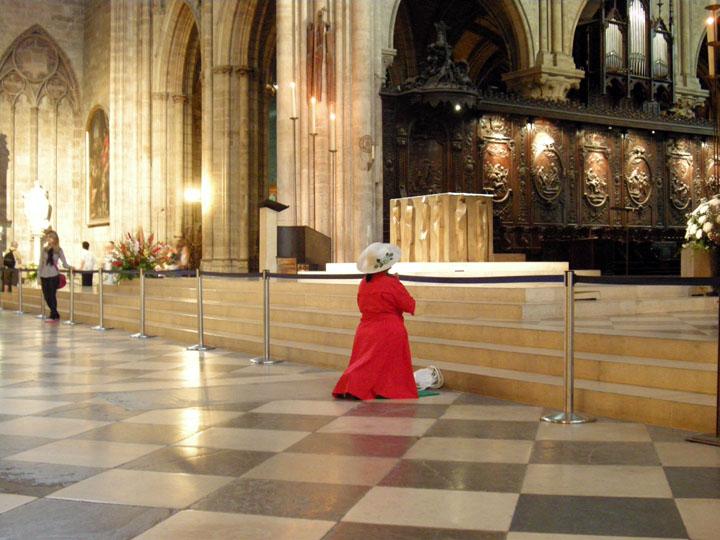 donna che prega a Notre Dame de Paris